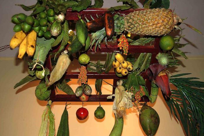 गणपतीपुढे पर्यावरणस्नेही आरास -  फळे, फुले,भाज्या यांची माटोळी
