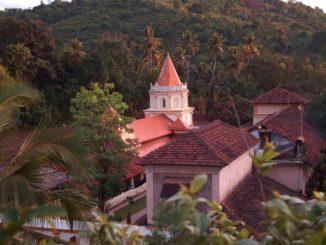 डोंगरांच्या कुशीत वसलेले हे सुंदर मंदिर