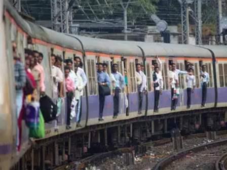 मी मुंबईची लोकल बोलतेय